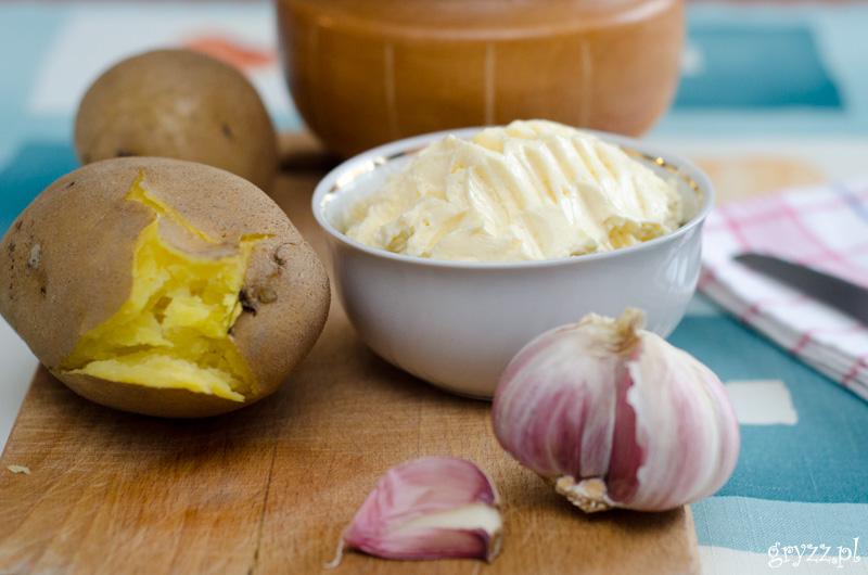 Ziemniaki w mundurkach z masłem czosnkowym